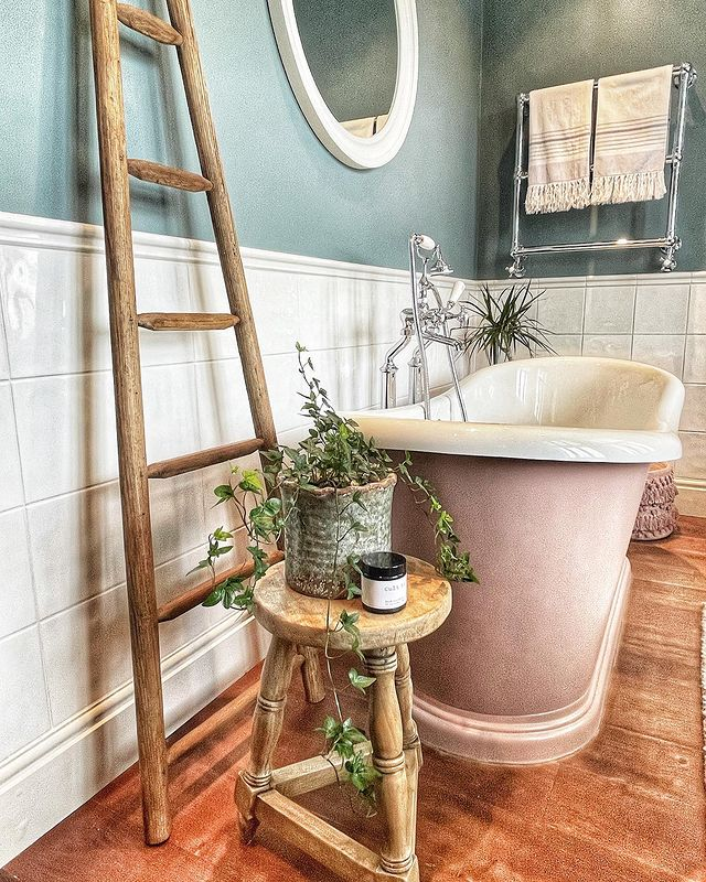 Pretty in pink! Here's a statement tub if ever we saw one...